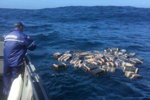 La droga hallada en las playas de Arrimadero y Madre Vieja estaba contenida en paquetes rectangulares introducidos dentro de 61 sacos