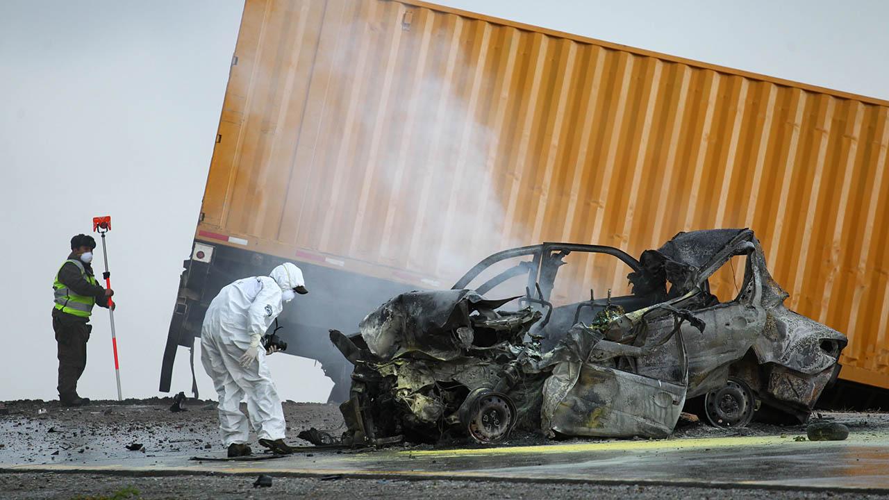 El auto en el que viajaban colisionó contra un camión container en una ruta internacional