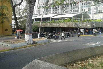 Funcionarios de la GNB cerraron los accesos a la plaza de la Moneda, donde los manifestantes habían pautado la concentración