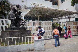 El centro médico necesita medicinas para niños con trasplantes de órgano y reactivos para exámenes médicos, notificaron los manifestantes