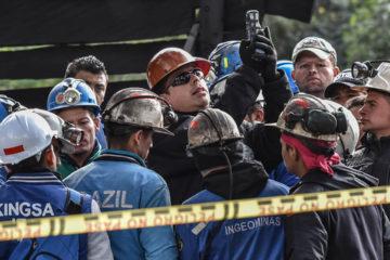 Los ciudadanos trabajaban en la mina ilegalmente. Los socorristas les suministran oxígeno a través de mangueras