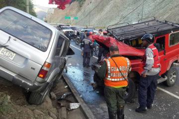 Funcionarios de seguridad y paramédicos llegaron al lugar del incidente para prestar atención médica y vial