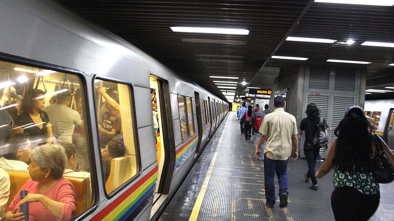 Árbol caído en la Linea 1 del Metro de Caracas provocó retraso en el servicio