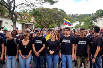 De manera silente, los jóvenes salieron desde Plaza las Américas hasta el Cementerio del Este, en Caracas