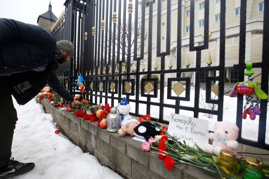 Un grupo de personas visitó este martes el depósito de cadáveres de Kémerovo y confirmaron las cifras de afectados mortales