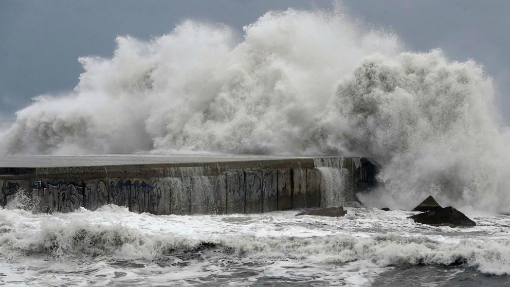 El Servicio de Meteorología de la Aviación Venezolana explicó que las olas rondarían entre los 3 y 7 metros de altura debido a el ciclón tropical