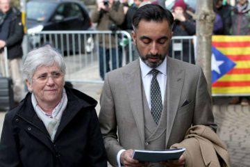 La ex ministra regional, Clara Ponsatí, acudió ante las autoridades luego de que España emitiera una orden de captura en su contra