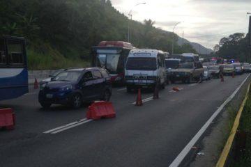 El conductor del vehículo sufrió lesiones luego del incidente que también paralizó el tráfico