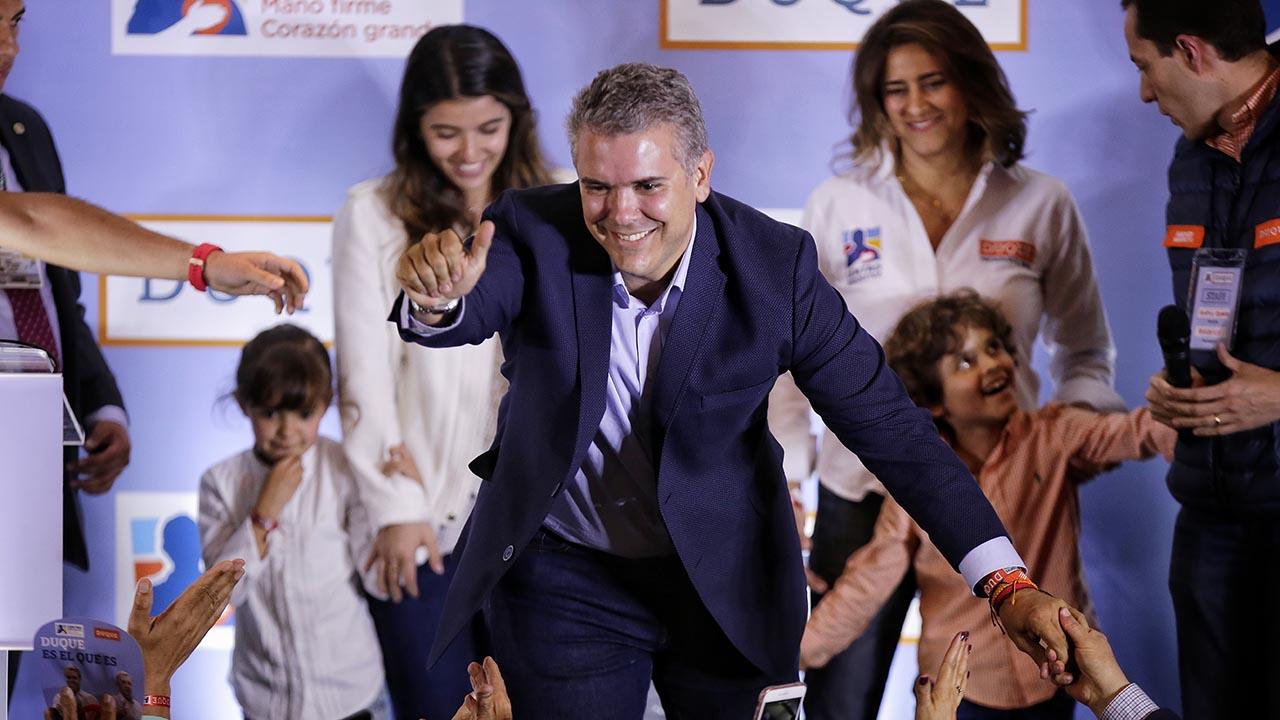 El candidato del Centro Democrático registró un 45,9% de apoyo, asegurando su puesto en la segunda vuelta de las votaciones