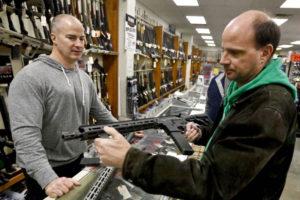 La iniciativa, que tuvo una votación de 67-50, aumenta la edad para comprar rifles de asalto de los 18 a los 21 años