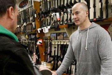 Doble llave - Profesor dispara por accidente arma durante clase en EEUU