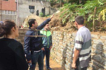 Elías Sayegh, alcalde de la zona, señaló que cuatro residencias colapsaron en el barrio La Toma de la Guarita por la ruptura