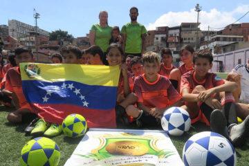 En alianza con la Fundación Más Deportes Menos Violencia cuatro escuelas de fútbol recibieron 16 balones