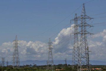 Las fuertes lluvias del domingo y un intento de robo fueron las causas de la caída de la electricidad en la entidad
