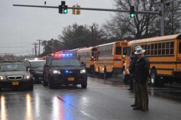 El suceso se produjo cuando otro estudiante accionó un arma a través de la puerta cerrada de un aula del Forest High School