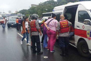 doble llave -El suceso se produjo a la altura de Santa Mónica sentido Plaza Venezuela cuando un autobús perdió los frenos y chocó contra once vehículos y una moto