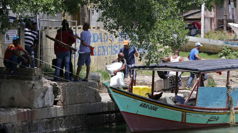 doble llave - Diariamente de 150 a 200 personas arriban al país caribeño por mar huyendo de la crisis en Venezuela