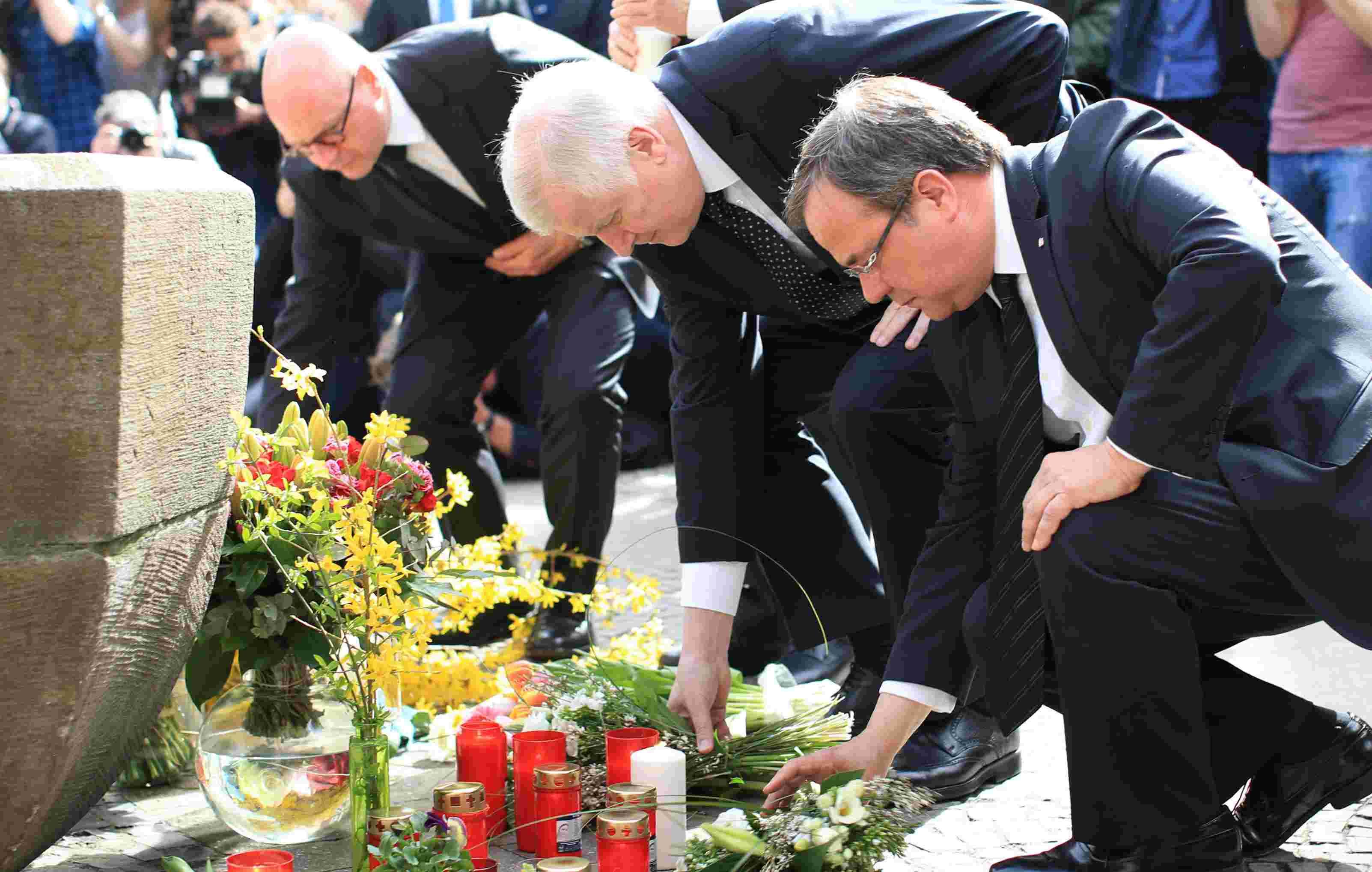 Doble Llave - Markus Lewe, alcalde de Münster, el ministro de Interior alemán y el primer ministro de Renania del Norte-Westfalia, dejaron flores en el lugar de los hechos