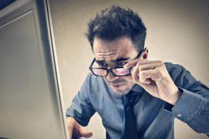 Moderar el uso de pantallas de computadoras y otros equipos electrónicos disminuyen el riesgo de esta enfermedad de los ojos