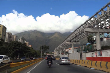 Según informan usuarios de Twitter, Paramédicos viales se encuentran en el lugar para controlar un derrame de combustible