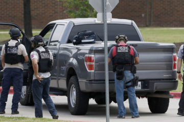 Según testigos, un hombre armado habría ingresado en el Distrito Escolar Independiente de Santa Fe este viernes