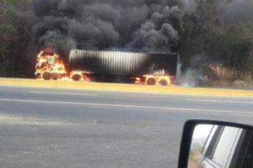 El incidente habría ocasionado también que una gandola se incendiara en la autopista