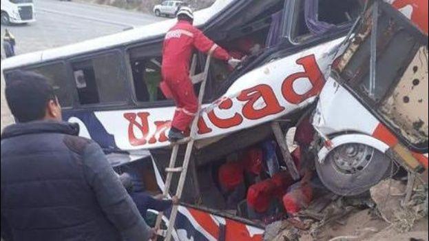 Choque de autobús dejó 13 personas fallecidas en Bolivia