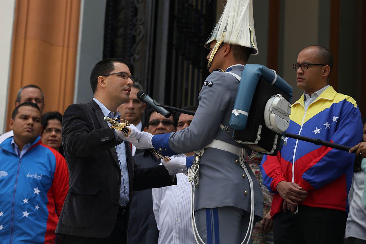 El canciller de la República agradeció al jefe de Estado Nicolás Maduro por haberle otorgado la réplica del sable del Libertador