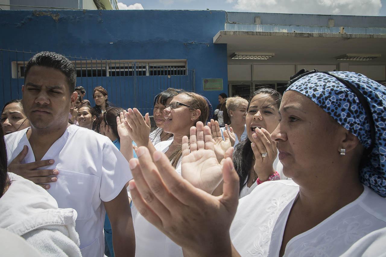 En las afueras del centro asistencial se congregaron trabajadores para protestar sobre la carencia de material