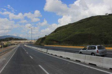 El incidente ocurrió luego de que un vehículo de carga se volcará en la autopista sentido Caracas - Guarenas