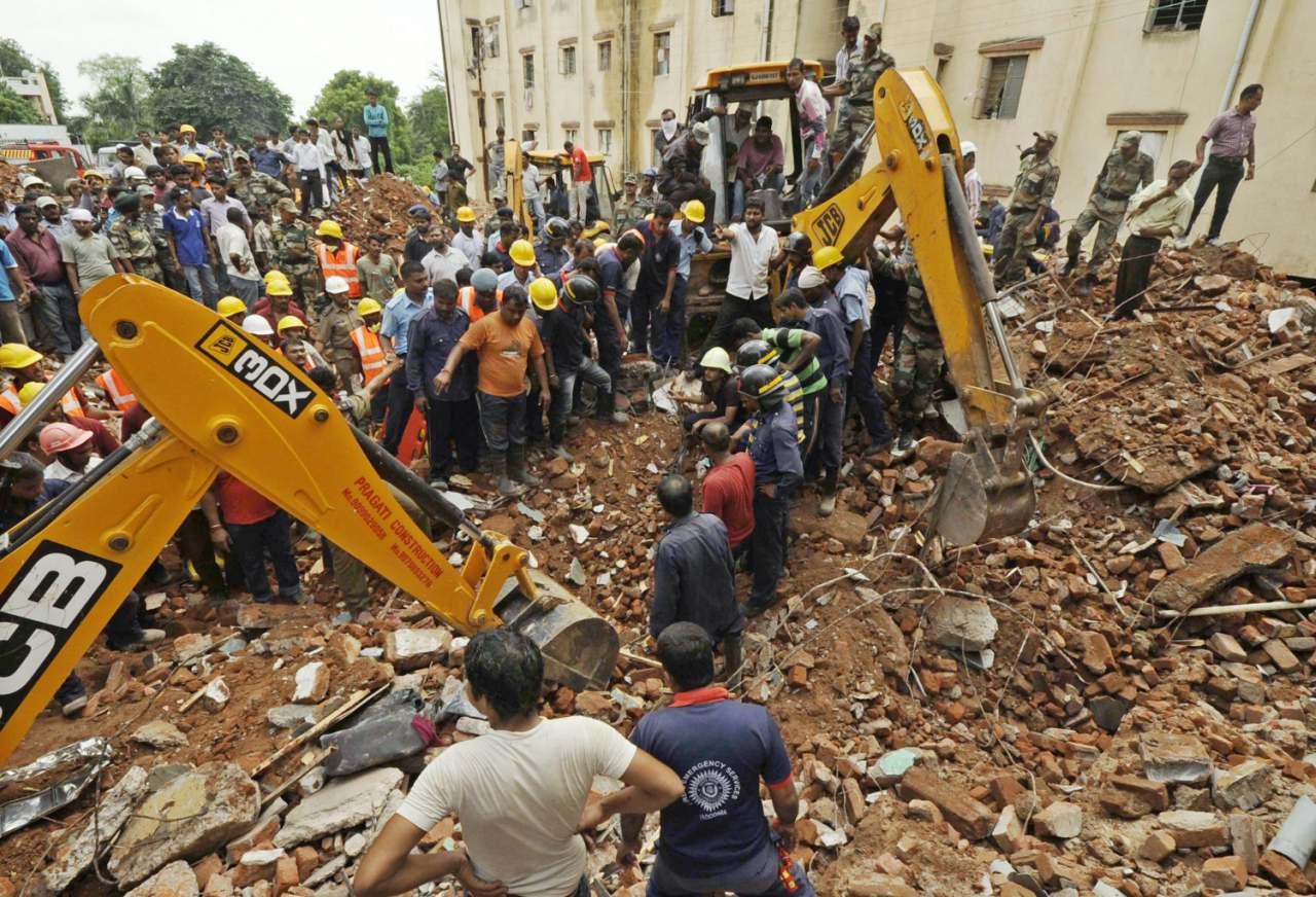 Cuatro personas fallecieron tras derrumbarse un edificio en India