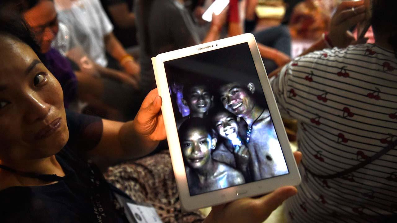 Tras permanecer 18 días atrapados en una cueva en el norte de Tailandia, la Marina logró rescatar con vida a 12 niños y un entrenador