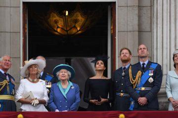 La monarca estuvo acompañada en todo momento por su hijo Carlos y sus nietos Guillermo y Harry