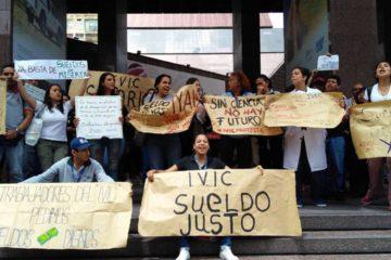 Los manifestantes se congregaron para exigir mejoras salariales y de beneficios para todo el personal empleado y pensionado