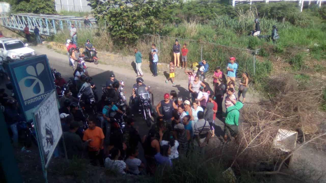 Varios usuarios de Twitter han reportado la protesta que ha cerrado el acceso vial en los sectores El Cipres y Las Nieves de Macarao