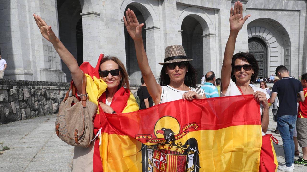 Ciudadanos de distintas partes del país han permanecido fuera de la basílica donde se encuentra la tumba del dictador.