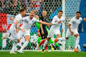 FIFA multa a Uruguay e Inglaterra por usar medias no permitidas