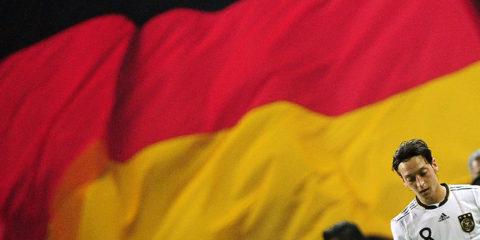 El futbolista no jugará más con la selección alemana señalando que se siente víctima de racismo por sus raíces turcas