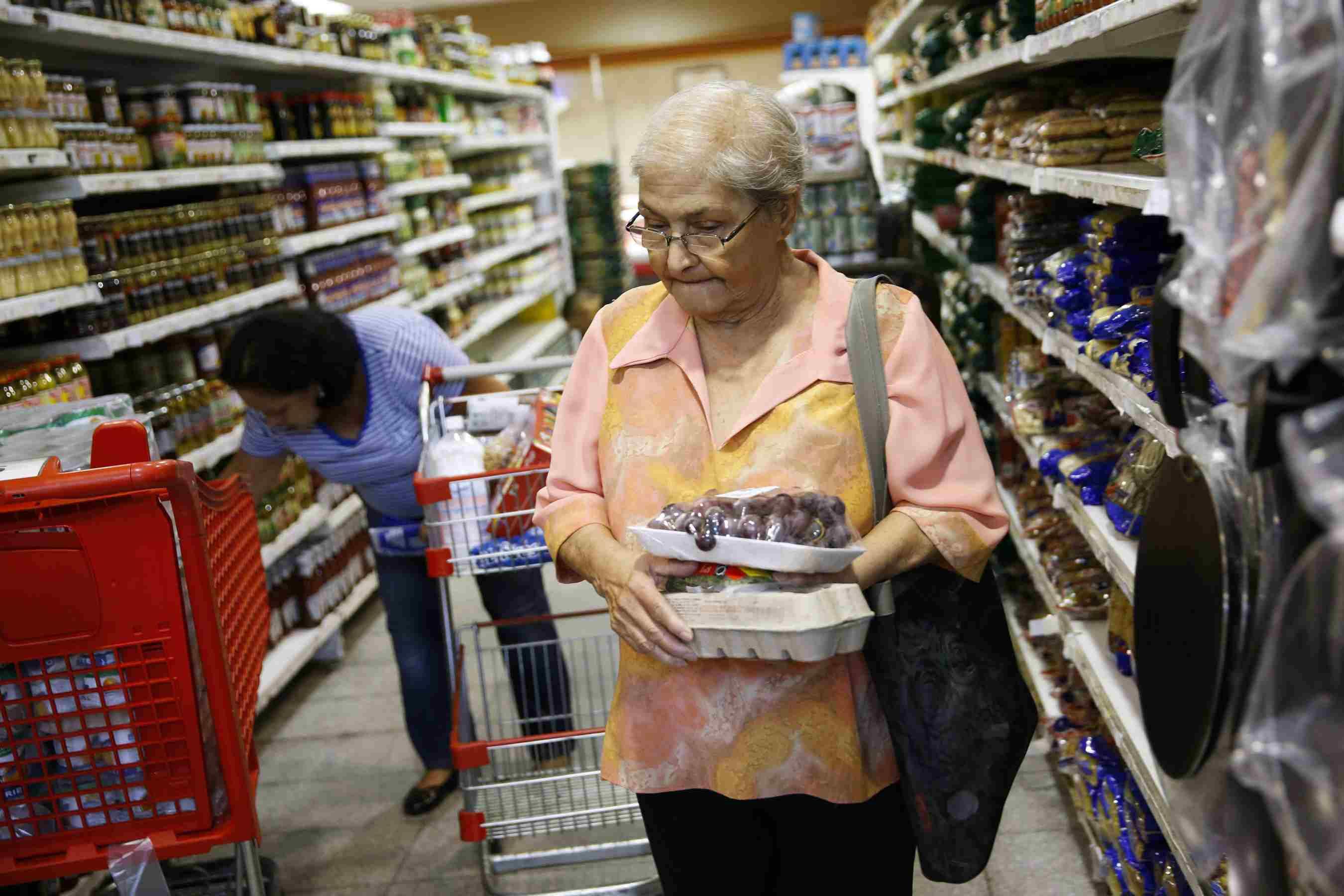 DOBLE LLAVE - Venezuelaes uno de los países en los que el producto interior bruto se ha contraído en torno al 50% en cinco años