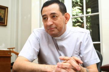 Detienen a ex canciller del Arzobispado de Santiago por abuso sexual