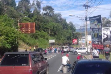 Los manifestantes cerraron diversos puntos de la vía debido a la falta de servicios públicos