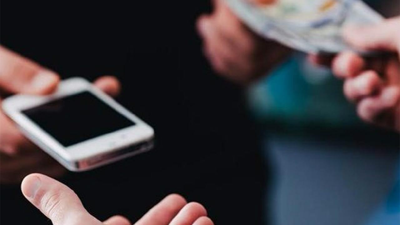 El hecho ocurrió cuando la joven sostenía una conversación y el ladrón dispuso de arrancarle su celular