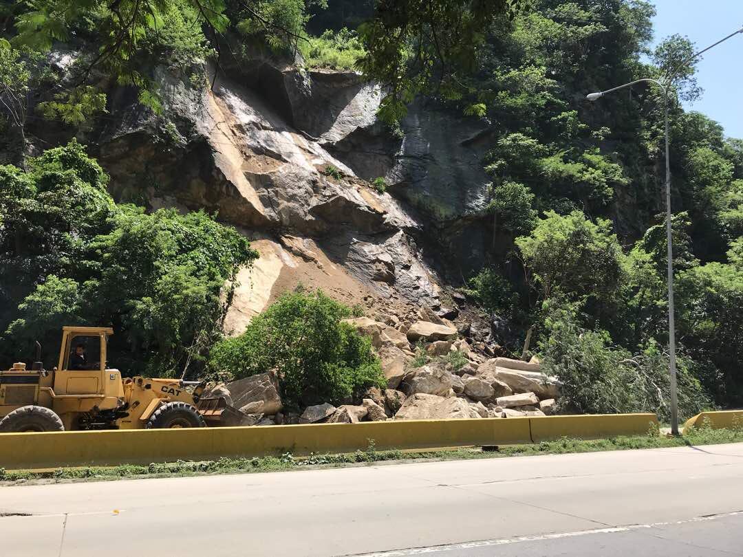 Deslizamiento de tierra en la vía de Puerto Cabello tiene incomunicados a los conductores