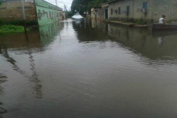 Autoridades de la región junto con las del Ejecutivo se encuentran en la entrega de agua potable, alimentos, medicamentos y colchones
