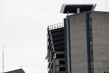 El Centro Financiero Confinanzas sufrió una inclinación de 25º en sus últimos cinco pisos