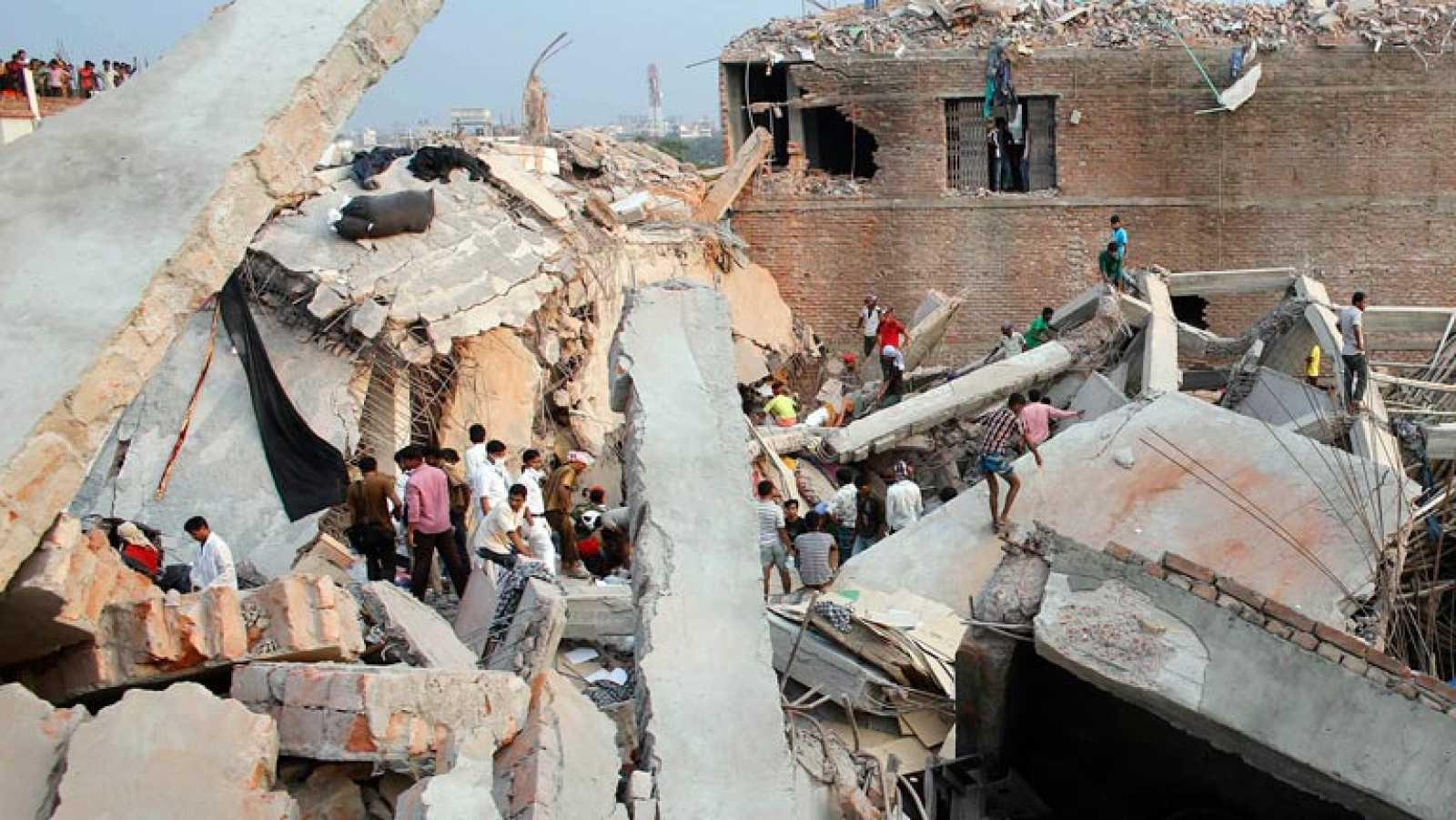 Mueren 4 niños y una mujer tras derrumbe de edificio en la India
