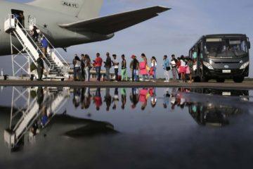 Brasil traslada a 204 venezolanos desde el norte a otras ciudades