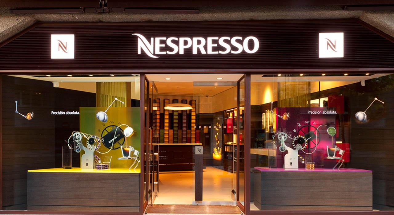 El aparato usa cápsulas de café con un código de barras que permite identificar el tamaño de la taza de café a través de un sensor láser