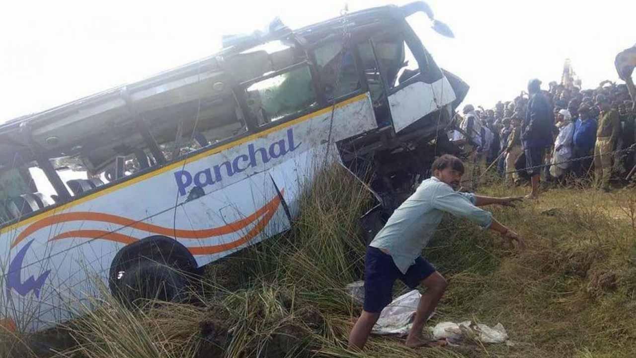 El hecho se registró en el estado de Telangana cuando el transporte público cayó en un barranco de seis metros