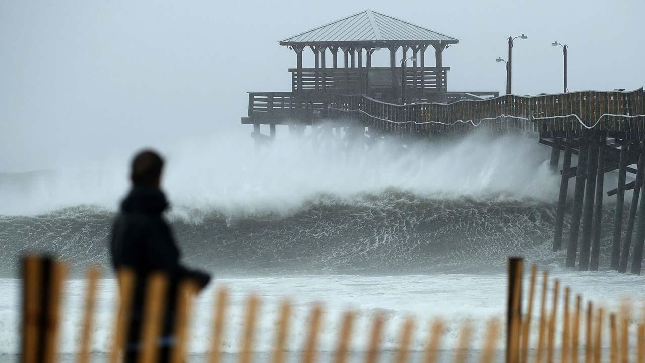 El ciclón se mantiene con vientos sostenidos de 150 kilómetros por hora y se prevé que su paso por EE.UU se extienda por varios días